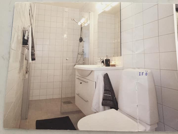 Centralt fräscht boende för 1 person! Eget badrum!