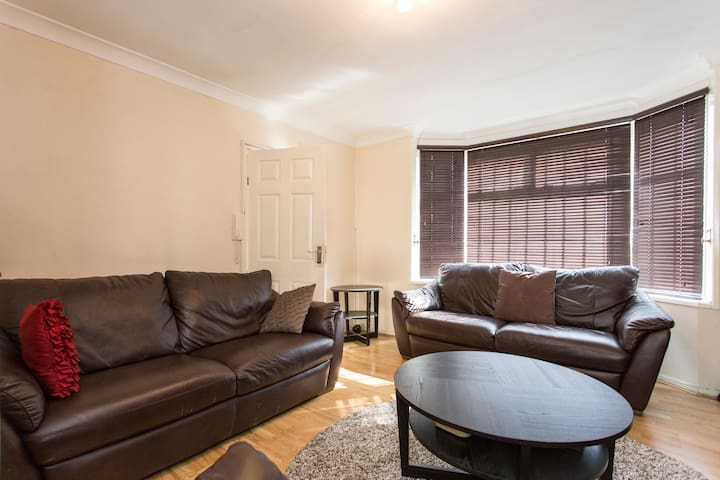 3 Bedroom - London - House