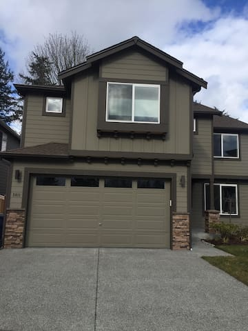 Large Bedroom / Private Bathroom - Lynnwood - Ev