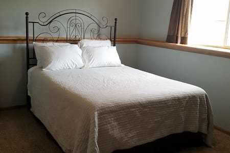 Comfy, Quiet South Fargo Queen Bed - Ház