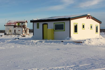 Mo's Houseboat B&B: Sunset Suite stand alone room - Yellowknife