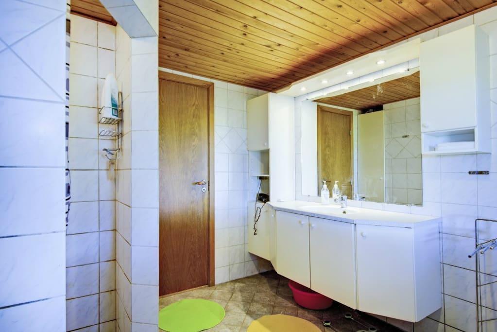 Badeværelset er stort og rummeligt