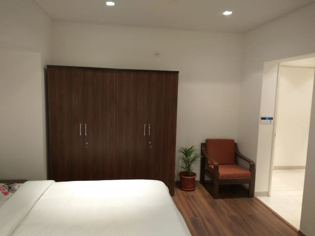 Comfy bedroom - serviced apt-IT Park Kharadi, Pune
