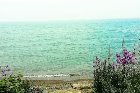 2BR with beach access and Lake Erie - upper suite - Essex