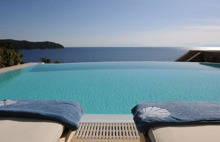 Goldie 5-Bedroom Beachfront Villa Skiathos - Skiathos - วิลล่า