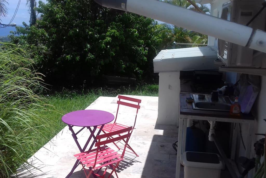 le coin repas extérieur avec la kitchenette d'été
