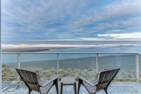 Oceanfront condo w/ spectacular ocean view - walk to beach!
