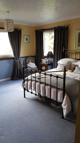 Very spacious, warm, double bedroom. Private bathroom, sitting room, tea/coffee, biscuits, tv, hairdryer, straighteners, toiletries and towels, dressing gowns and slippers all provided. Healthy breakfast, parking and Wi-Fi included in price. Relax!