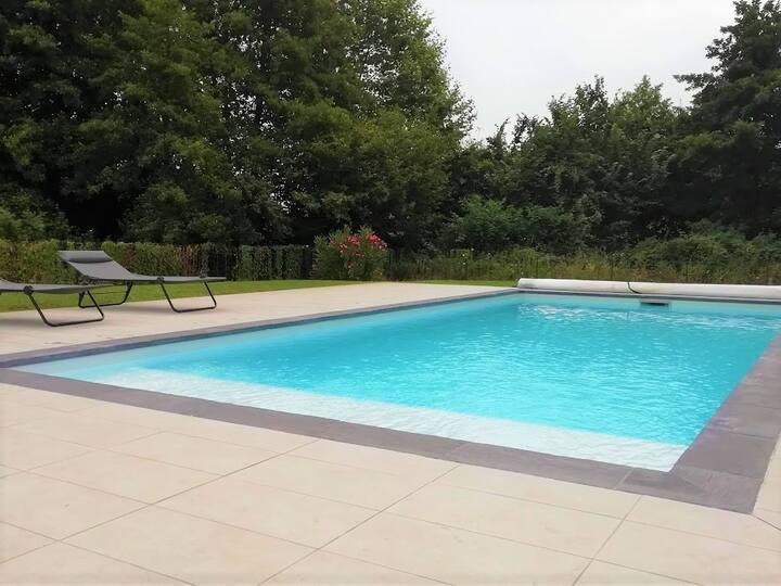 Villa 9 pers piscine chauffée, plage et commerces.