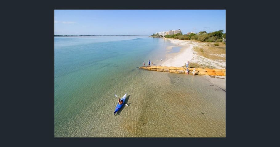 GOLDEN BEACHHOUSE & POOL 300m to safe beach. - Golden Beach - House