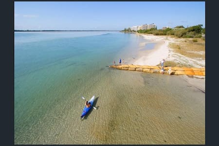 GOLDEN BEACHHOUSE & POOL 300m to safe beach. - Golden Beach