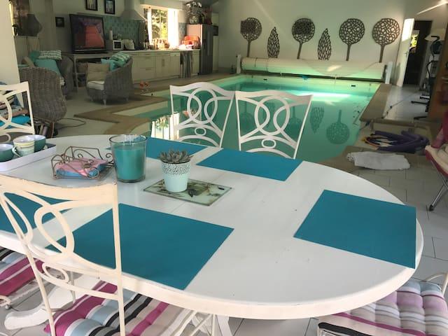 Salle à manger autour de la piscine intérieure