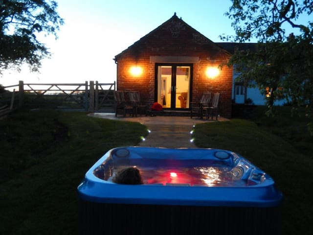RED STABLES (Hot Tub), Aikton, Near Carlisle - Aikton - Hus