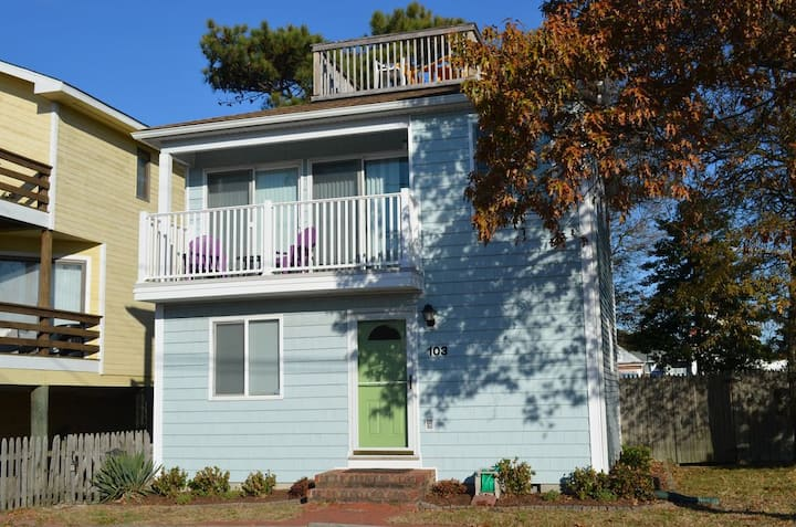 Heart of Dewey! One block to beach, Dog Friendly