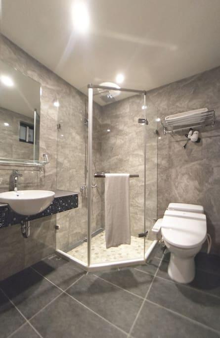 洗澡也是另一種享受,整組TOTO衛浴設備、乾濕分離另增設免治馬桶。