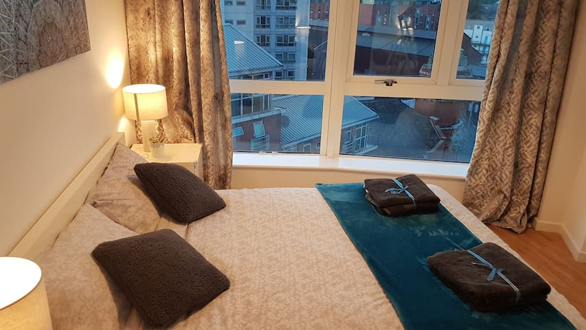 City Centre- 2 Bedroom Apt with onsite Car parking
