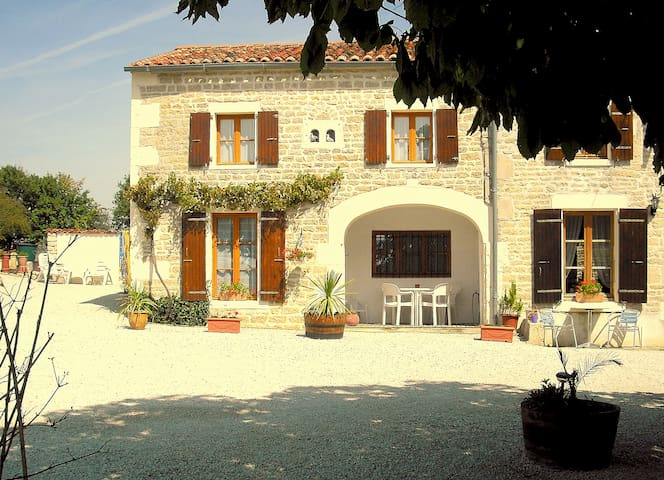 Gite with pool in quiet Hamlet - Saint-Georges-de-Longuepierre - Villa