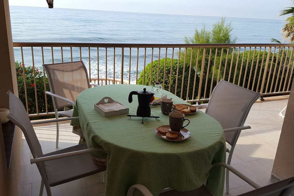 Apartamento frente al mar con piscina comunitaria for Piscina sant andreu