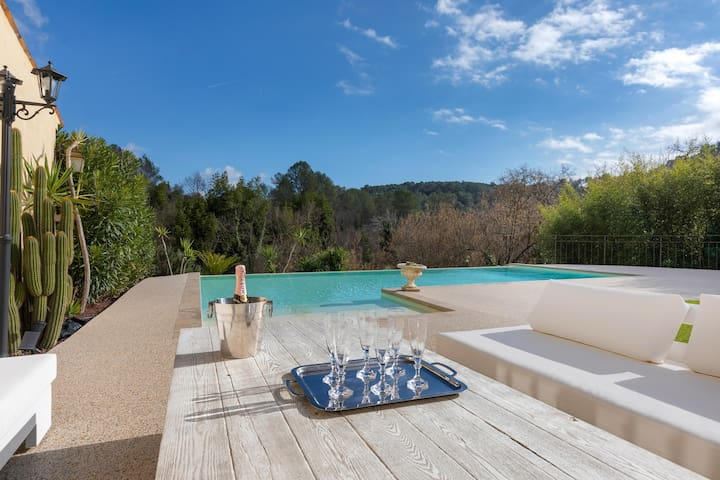 Lovely villa in the hills with a pool & garden terrace, small dogs welcome!