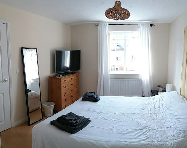 Double room, sea views, en-suit near Cardiff