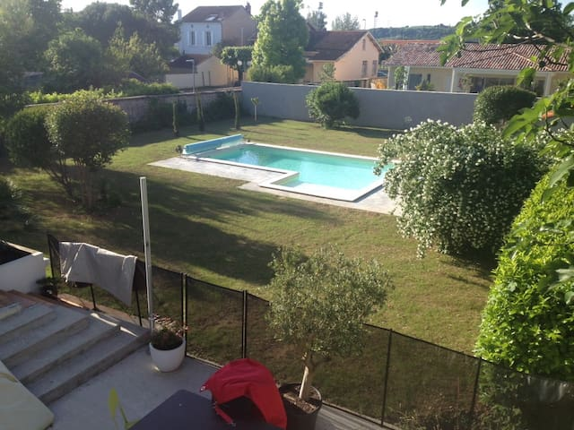 Maison en centre-ville avec piscine