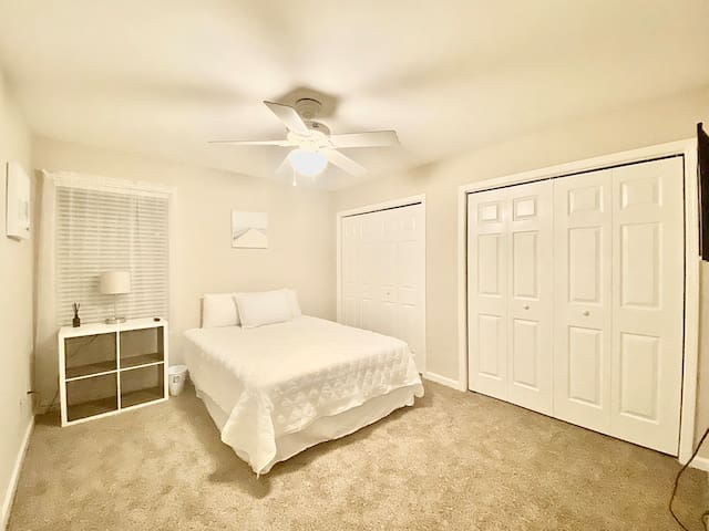 Ashton Woods Townhome - Guest Room 001