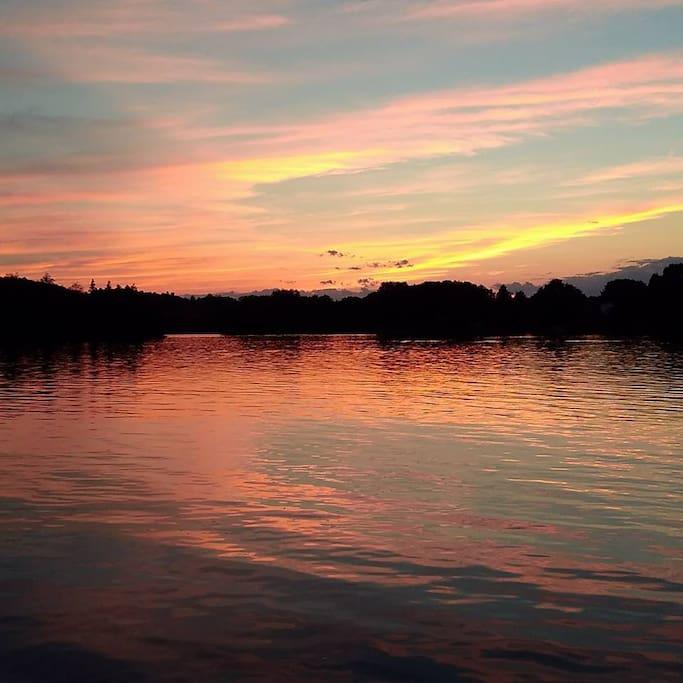 Coucher du soleil sur le lac.