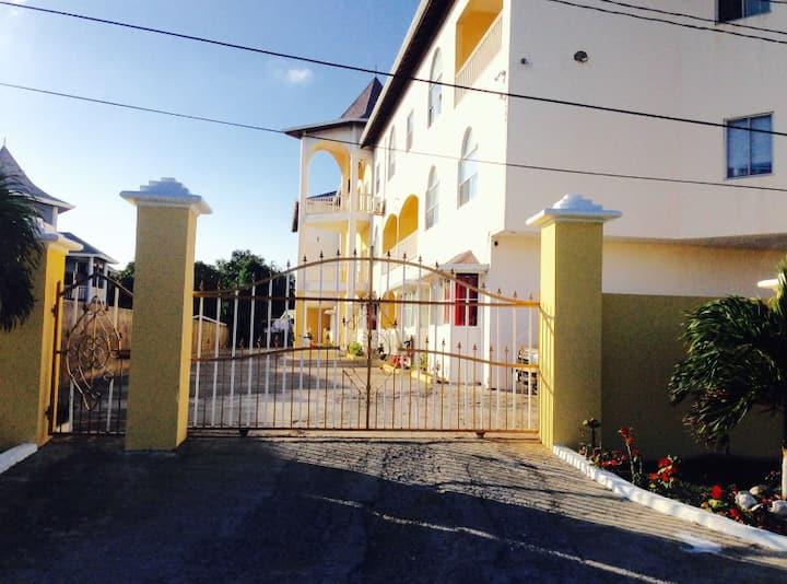 Near Ocho Rios Jamaica 1 Bedroom w/ pool bar 10A