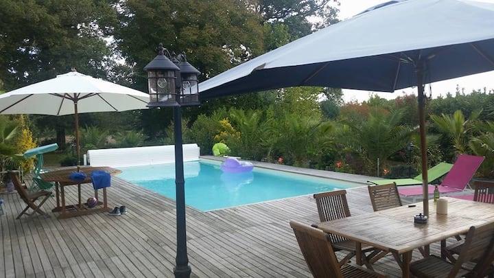 Maison dans parc avec piscine