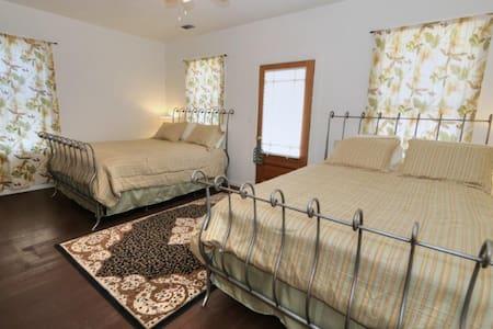The Bartlett  (The Bird Room) - Walnut Grove - Bed & Breakfast