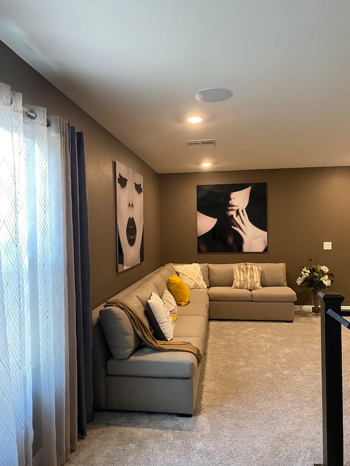 Comfy room in brand-new model home, 3mi to STRIP