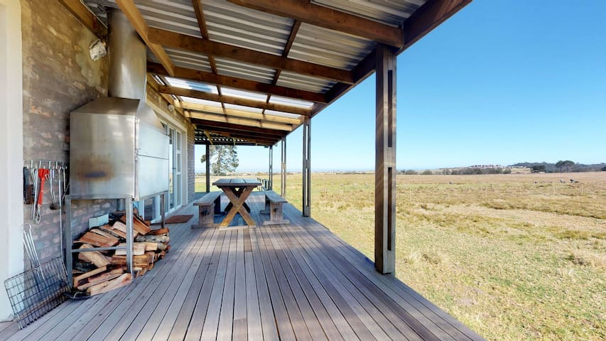 Quiet farm cottage w/ a full kitchen, BBq & big yard - a short hike from a beach