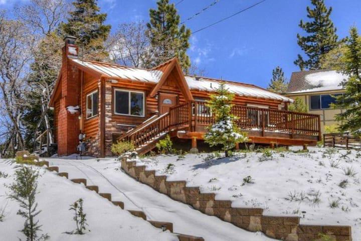 Cozy Cabin, Ski Slope Views Near Golf, Zoo, Hikes