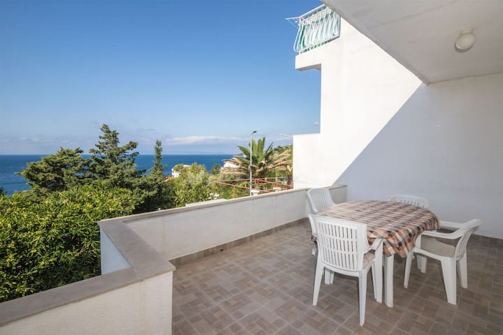 Two Bedroom Apartment, 200m from city center, seaside in Drasnice, Terrace