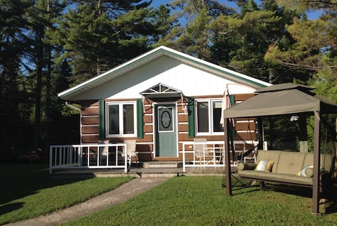 2 bdrm cottage next to the Providence Bay Beach