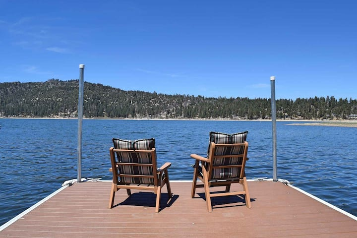 Lakefront Sunsets: Single Story! Lakefront! Lake and Mountain Views! Putting Green! Fenced Yard!