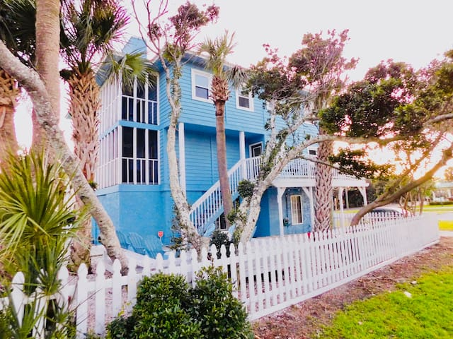 NEW All decked out~Tybee! 1 block to beach~sleep 6