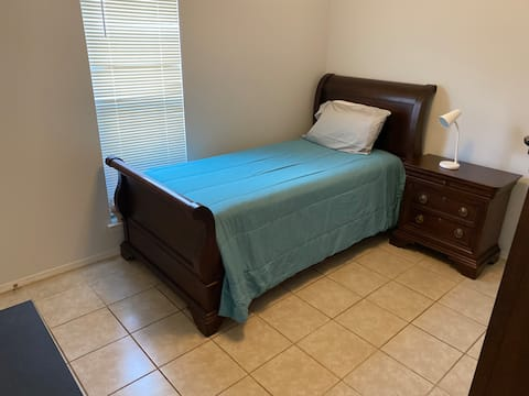 Clean Quiet Home in Memphis Area XL Twin bed.
