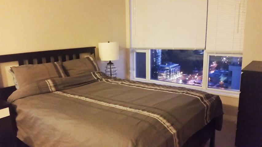 Private Bedroom + Bath Amazing View near Skytrain - Coquitlam - Apartamento
