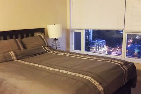 Private Bedroom + Bath Amazing View near Skytrain - Coquitlam - Leilighet