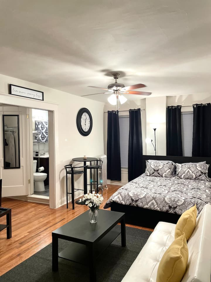 Clean & Cozy Studio in DT Evanston w/Trans nearby