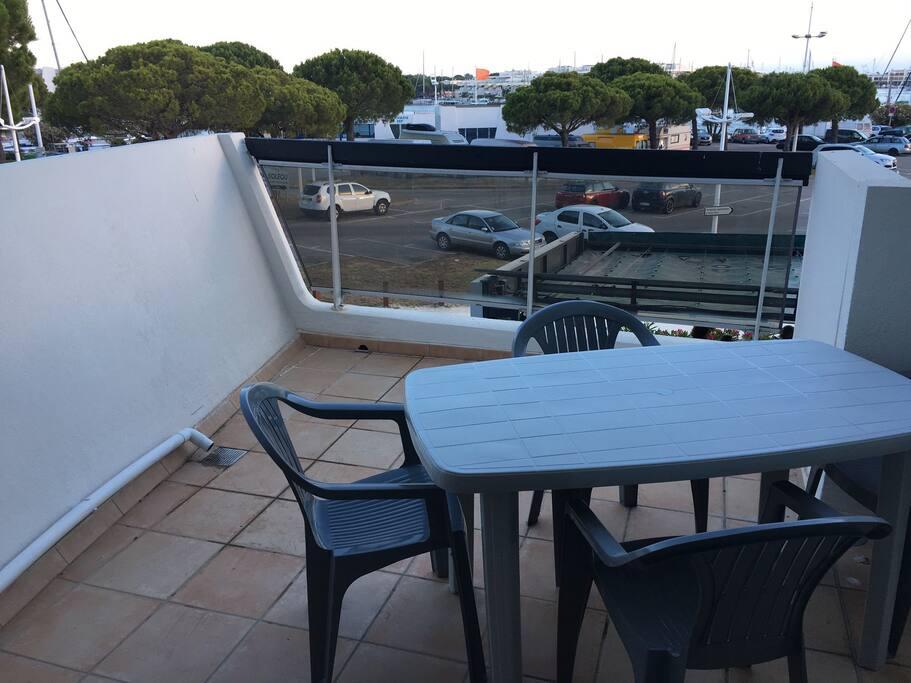Jolie terrasse donnant sur le port de plaisance
