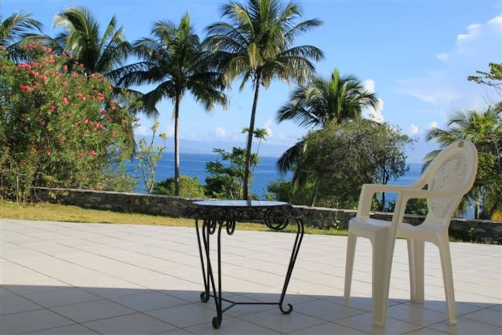 Terrasse inférieure avec vue sur l'océan et jardin tropical