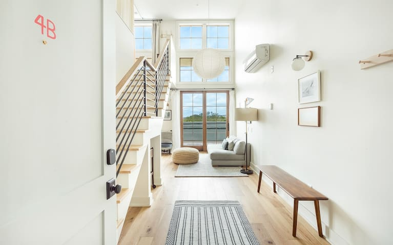 Stay with Lucky Savannah: Loft Style Apartment with Private Balcony