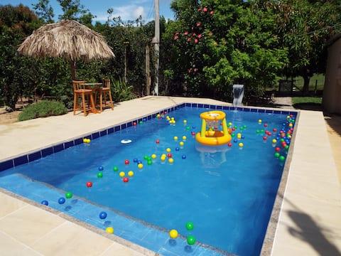 Sítio com piscina e grande área verde para relaxar