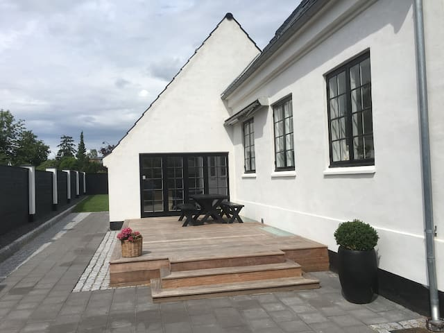 Smuk 350 m2 villa tæt på strand, skov og by - Charlottenlund - House