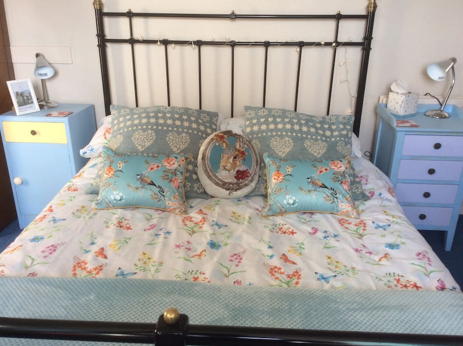 Quirky Double Room with single bed Upcycling is a hobby of mine and many of the bits of furniture are upcyled ! It is a quiet top floor room with shower room for your sole use.
