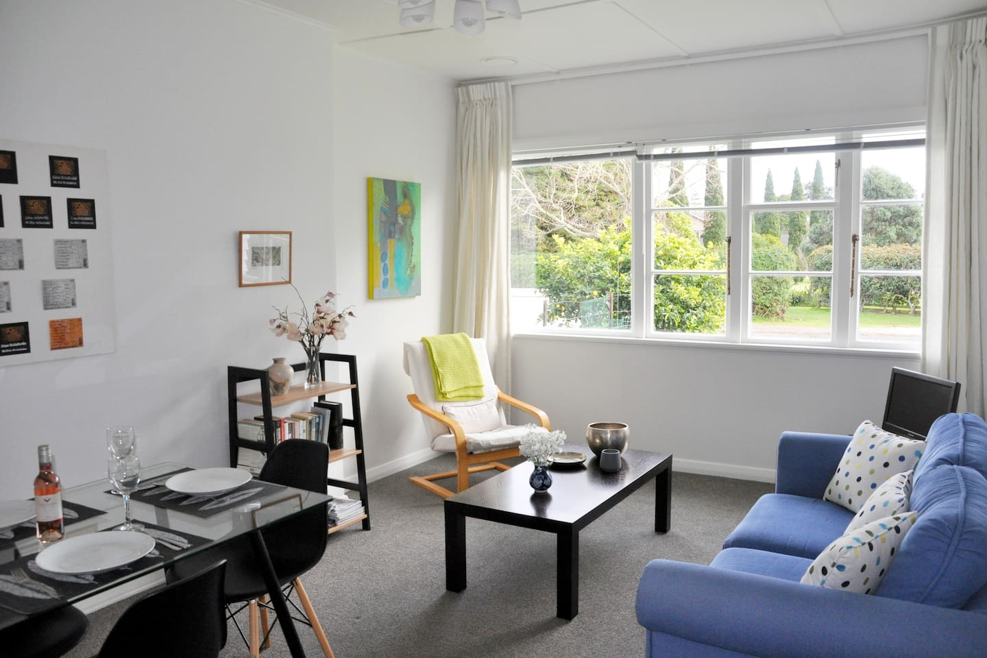 At Libby's Little House you have lovely green views over the golf course and you will wake to the morning chorus of birds.  It is just a 5 minute walk to the beach and the charming Cheltenham cafes.