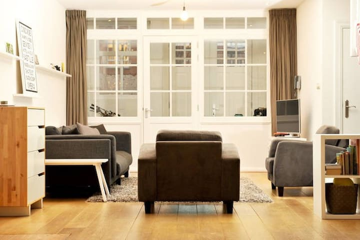 Canal-view room with ensuite bath in luxury home - Amsterdam