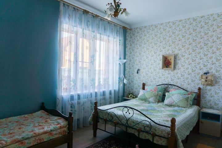 Сдаю комнату в большом доме, посуточно (парковка). - Rostov-on-Don - Haus